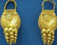 Gold earrings Photo by Marie-Lan Nguyen Public domain