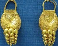 Gold earrings Photo by Marie-Lan Nguyen Public domain